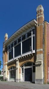 """De voorgevel van de voormalige meubelfabriek """"Nederland"""" (1904) aan de Blekerstraat in Groningen. Het pand, dat werd ontworpen door A.J. Sanders (1869-1909), is een rijksmonument (rm 485181)."""